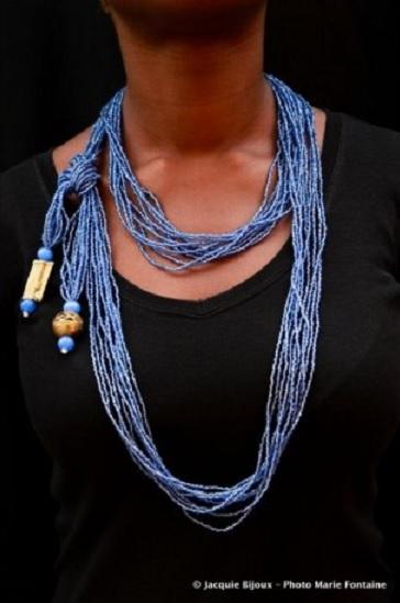 Collier écharpe bleu clair en perle de rocaille