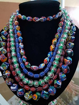 Cinq colliers de perles rares de Saprot