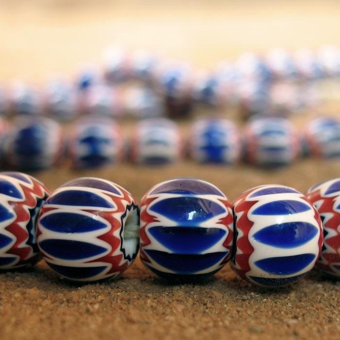 Perles anciennes à chevrons bleu et rouge de Saprot