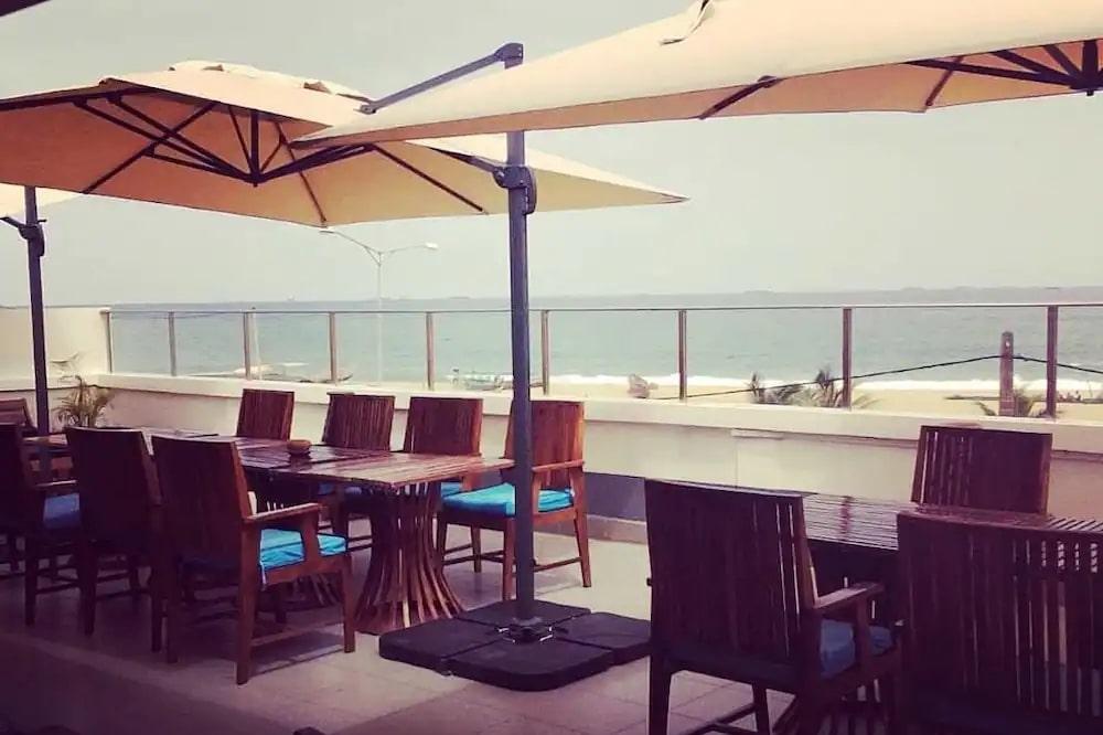 Terrasse avec vue panoramique sur la mer de l'hôtel Seaside