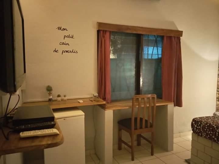 Chambre équipée d'un frigidaire de l'hôtel Le Galion