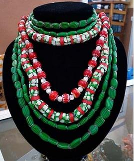 Du vert en vert, collier de perles anciennes de Saprot