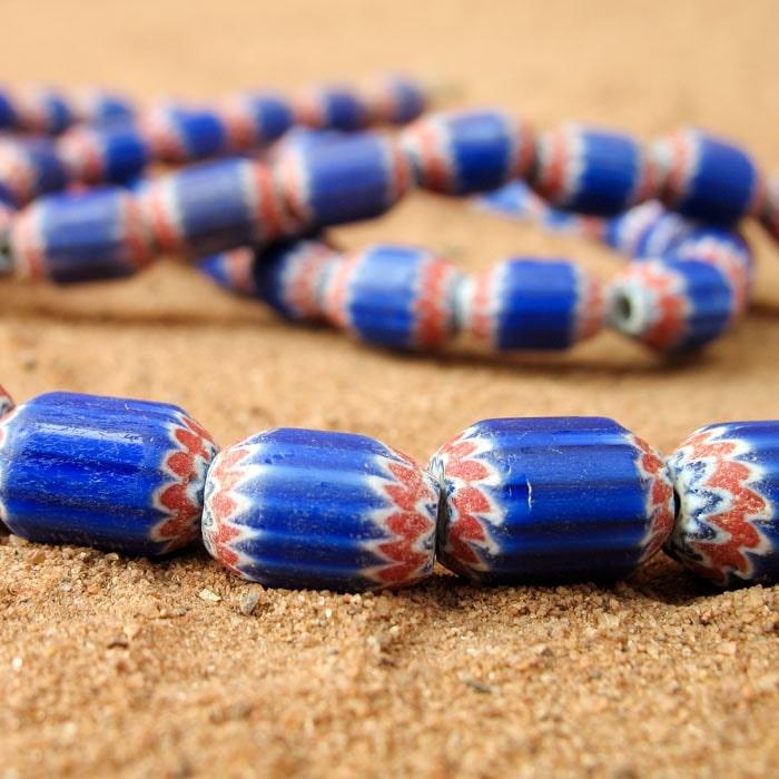 Petites perles anciennes cylindriques à chevrons de Saprot
