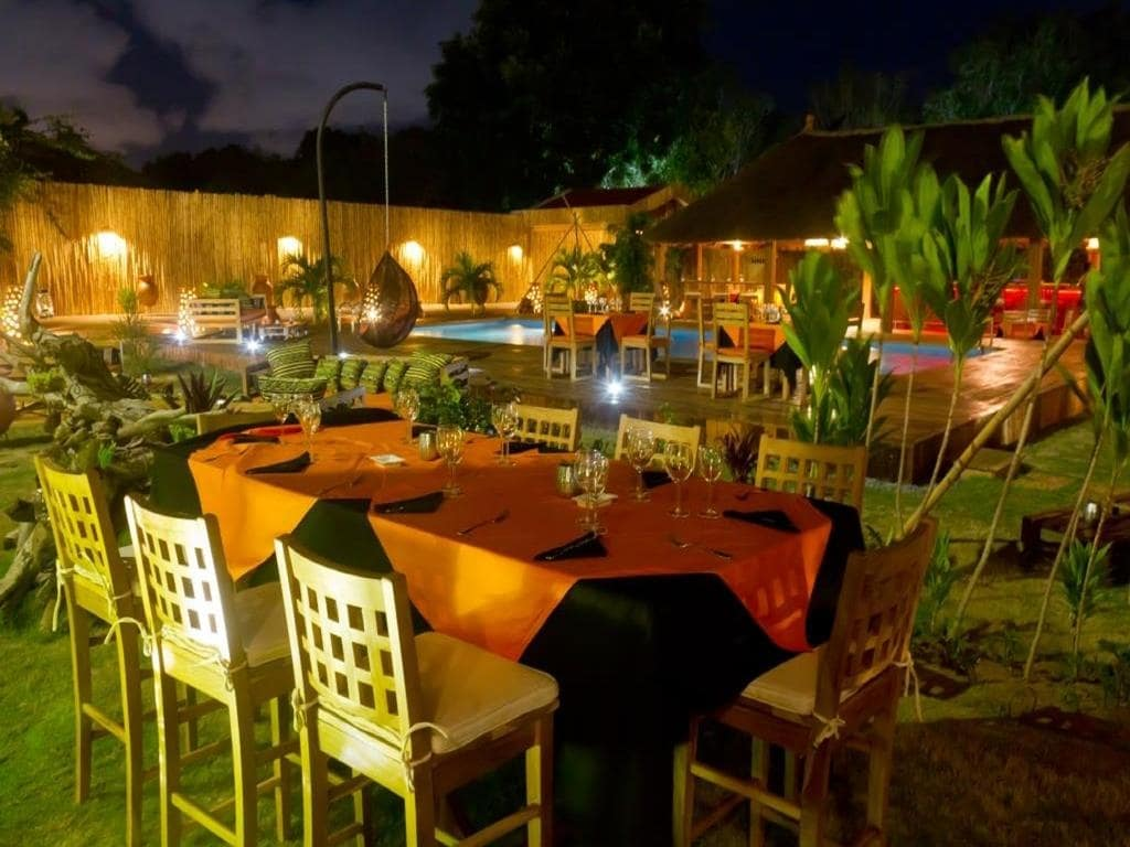 Restaurant avec vue sur piscine de l'hôtel Le Patio